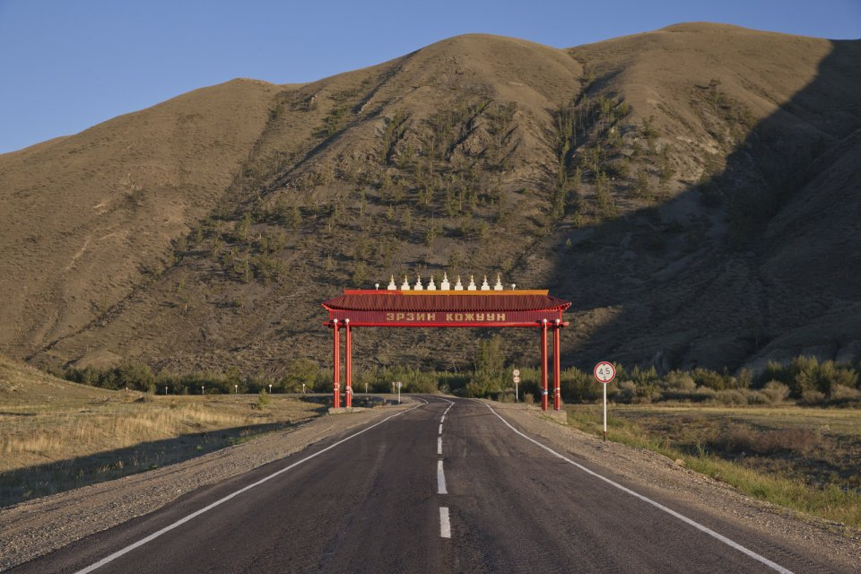 A gate on the M-54 road marking the entrance into Erzin Kozhuun - a district in southeastern Tuva bordering Mongolia. Tuva is one of only two Russian regions (the other being Sakha-Yakutia) where administrative subdivisions are named in a local language (otherwise it's always raions in Russian). The Tuvan word kozhuun that denotes a district traces back to the old Mongolian term khoshun of the same meaning (still in use in China's Inner Mongolia), highlighting the long period of Mongolian/Chinese domination in Tuva.